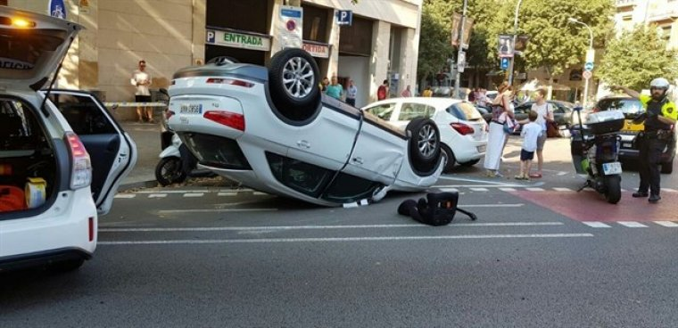 Imatge del vehicle bolcat a Barcelona