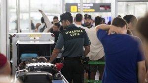 Agents de la Guàrdia Civil en un control a l'Aeroport del Prat