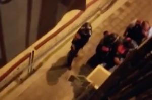 Agents de l'ARRO dels Mossos, amb cascs, llestos per entrar al bloc del carrer Radas.