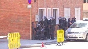 Agents del GEI esperant per assaltar el pis del presumpte terrorista de Cornellà.