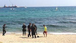 Agents del TEDAX i de la subaquàtica de Mossos a la platja de Calonge.