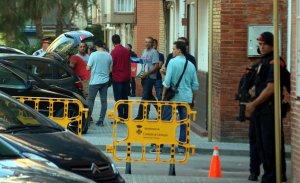 Agents dels Mossos de la Comissaria d'Informació, acabant l'escorcoll a casa de Taib.