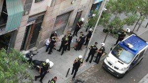 Els agents de la Guàrdia Urbana quan han arribat a la zona de la baralla.