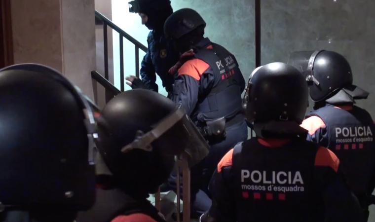 Agents de l'ARRO dels Mossos assaltant un dels pisos dels lladres colombians.
