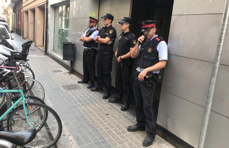 Agents dels Mossos i de la Policia Nacional davant de la seu d'iDental.