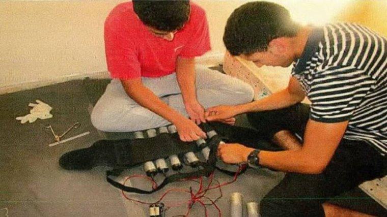 Imatge d'Abouyaaqouab Aalla i Hichamy fabricant els cinturons