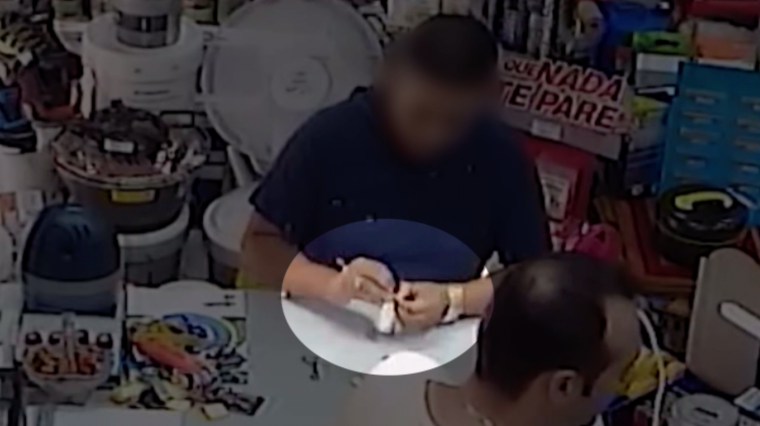 Un dels integrants de la banda, fent el duplicat d'una de les claus robades.
