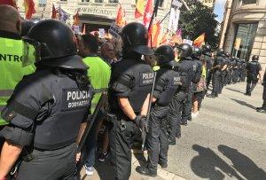 Agents d'ordre públic de Mossos davant dels manifestants unionistes a Via Laietana.