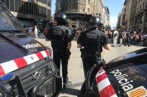 Dos agents de la BRIMO dels Mossos a Via Laietana, davant dels manifestants independentistes.