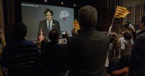 Imatge del documental, on es veu un acte de campanya de Carles Puigdemont