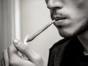 Imatge d'un jove fumant marihuana