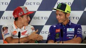 Moment en el qual Marc Márquez intenta saludar Valentino Rossi