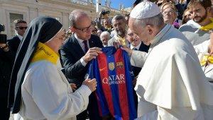 Sor Lucía Caram i el vicepresident Cardonar entregant-li una samarreta del Barça al Papa Francesc
