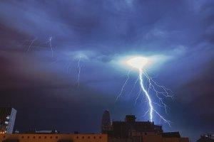 Una de les 140 descàrregues elèctriques que van caure sobre Barcelona