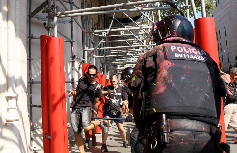 Agents de la BRIMO de Mossos carregant contra un grup de joves a Ronda de Sant Pere.