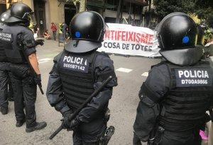 Agents de la BRIMO dels Mossos davant de la capçalera de la manifestació antifeixista.