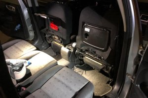 Imatge de l'interior del cotxe, on estaven amagades les dues pistoles.