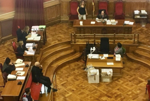 Imatge de Luis Castro davant del jurat i del tribunal, a l'Audiència Provincial de Barcelona.