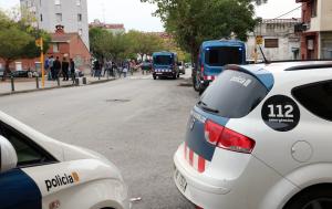 Imatge de vehicles dels Mossos al barri del Culubret de Figueres.