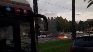 Imatge dels contenidors cremats que han tallat la Diagonal de Barcelona aquest matí