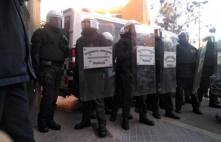 Agents de la unitat antidisturbis de la Urbana, en un cordó policial al centre de la ciutat.
