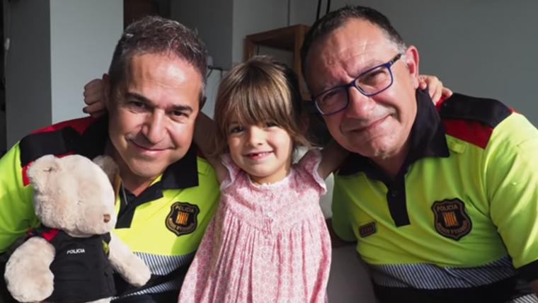 Imatge de la Carla amb els Mossos d'Esquadra que li van salvar la vida
