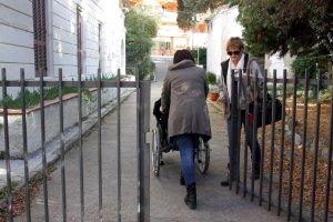 Dos familiars entren a la residència d'Arenys de Mar, en una imatge d'arxiu.
