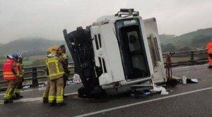 El camió ha quedat mig bolcat després de xocar contra un turisme a l'AP-7
