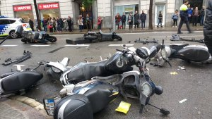 El cotxe s'ha emportat diverses motocicletes a Travessera de Gràcia