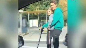 Imatge de la parella circulant amb panitent elèctric a gran velocitat per la Diagonal de Barcelona