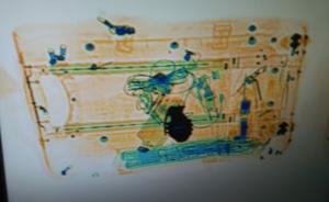 Imatge de l'escànner de la maleta amb la granada de mà falsa que ha pujat al tren a Barcelona Sants.