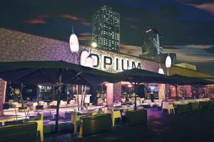 Imatge de l'exterior de la discoteca Opium de Barcelona, on s'han produït els trets de bala.