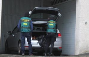 La Guàrdia Civil ha fet diversos escorcolls a Barcelona per detenir unes 10 persones.