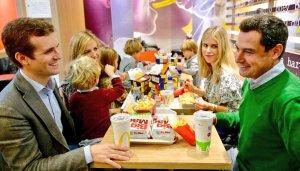 Pablo Casado, menjant en un McDonald's en plena campanya per Andalusia
