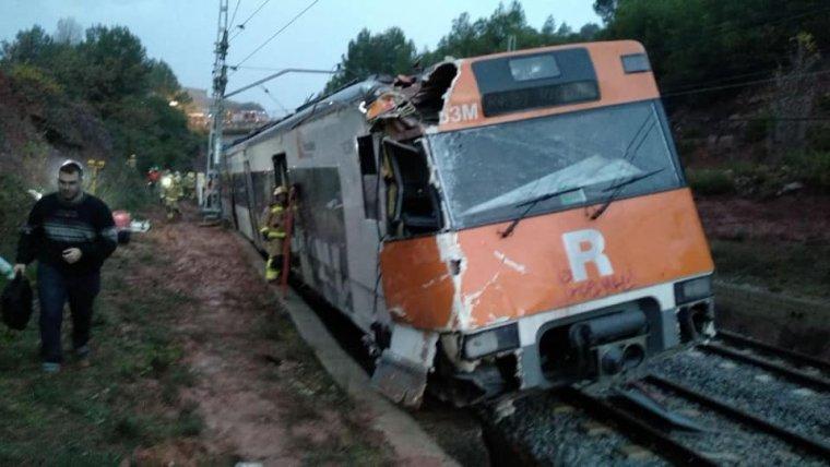 Imatge del tren de Rodalies que ha descarrilat