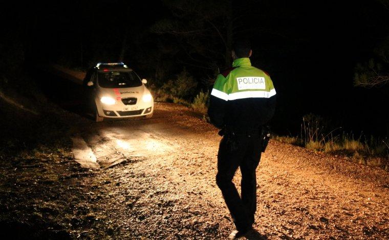 Un agent dels Mossos a la zona del pantà de Boadella on es va trobar el cadàver de l'home.