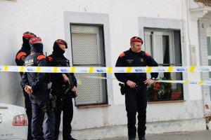 Agents de l'ARRO dels Mossos a la porta de la casa de la família gitana atacada.