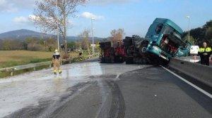 El camió ha bolcat a la C-17, a l'altura de l'Ametlla del Valllès