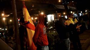 El grup d'ultres van cridar consignes com «visca Franco» i «no doneu diners a moros i a negres»
