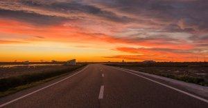 El pas de bandes de núvols alts i prims seguiran deixant un cel rogent al matí i al vespre