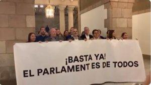 Els membres de Ciutadans, intentant reprogramar l'acte d'homenatge a Forcadell