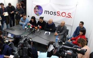 Els representants dels sindicats dels Mossos i la plataforma MosSOS, durant la roda de premsa.