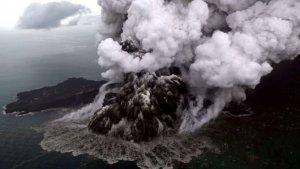 Imatge de l'erupció del volcà Anak Krakatoa que ha provocat el tsunami