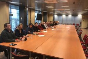 Imatge dels sindicats de Mossos a la taula sense representants de l'administració.