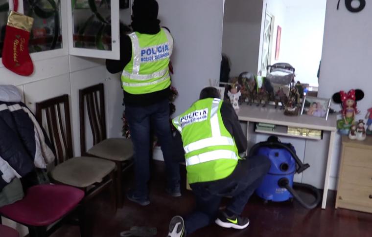 Agents dels Mossos escorcollant casa del cap de la banda, responsable d'un taller mecànic.