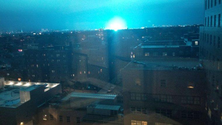 Foto de l'explosió de llum blava aquesta passada nit a Nova York