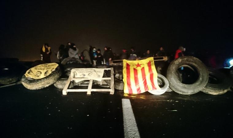[INTERSINDICAL] Pels drets i per les llibertats, vaga general! Imatge-dun-dels-talls-de-carretera-dels-cdrs-a-catalunya-el-dia-21-de-desembre-no-el-tall-de-borges-blanques-5c29f00b28822