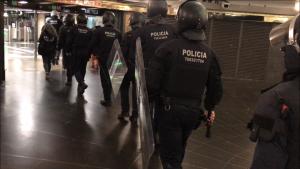 Agents de l'ARRO dels Mossos entrant a la plaça de Catalunya en un operatiu anti top manta.