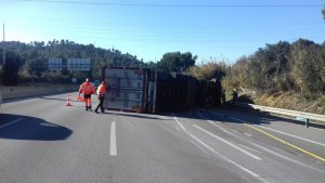 El camió ha bolcat a l'autopista AP-7 a l'altura de Sant Cugat del Vallès