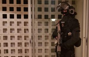 Imatge d'un agent del GEI dels Mossos en una de les entrades que s'estan fent a Barcelona i Igualada.